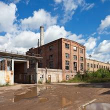 Leer stehendes Fabrikgebäude in einem Industriegebiet