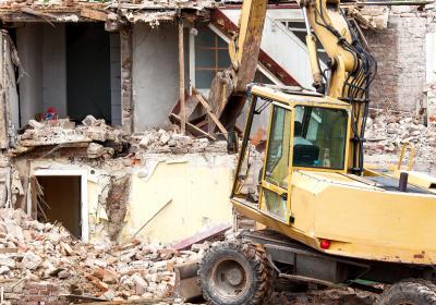 Abriss eines Hauses mit einem Bagger